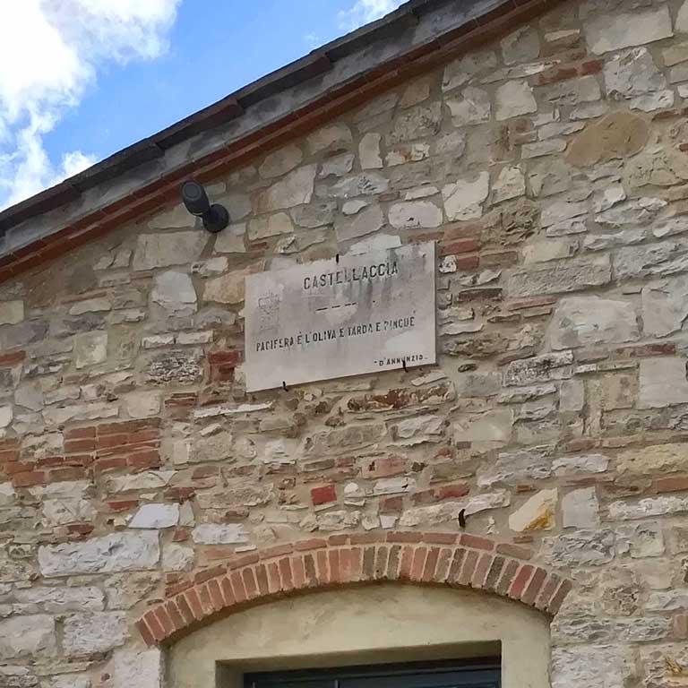 Camino storico in palazzo signorile di campagna atmosfera esclusiva